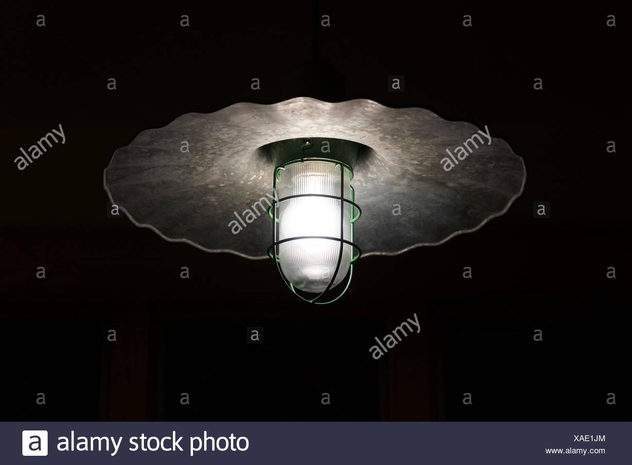 Ángulo de visión baja de encendida la bombilla eléctrica Imagen De Stock