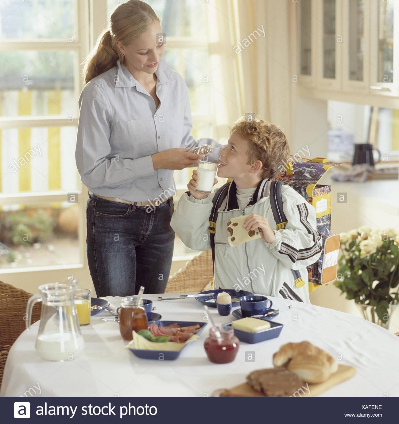 Cocina, Mesa de desayuno, la tuerca, el niño, la leche, la bebida ...