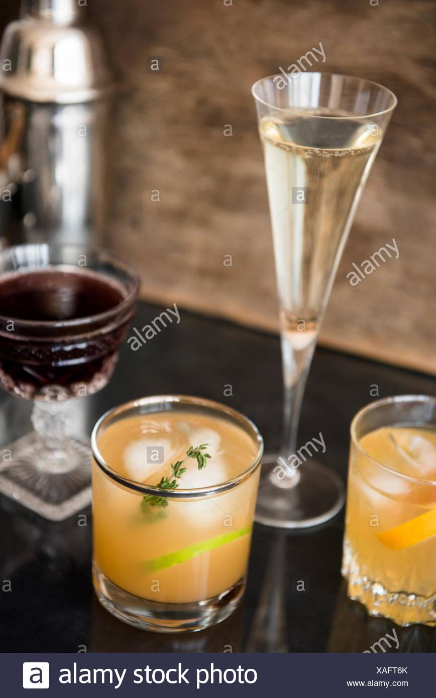 Cócteles y una coctelera en mesa Foto de stock