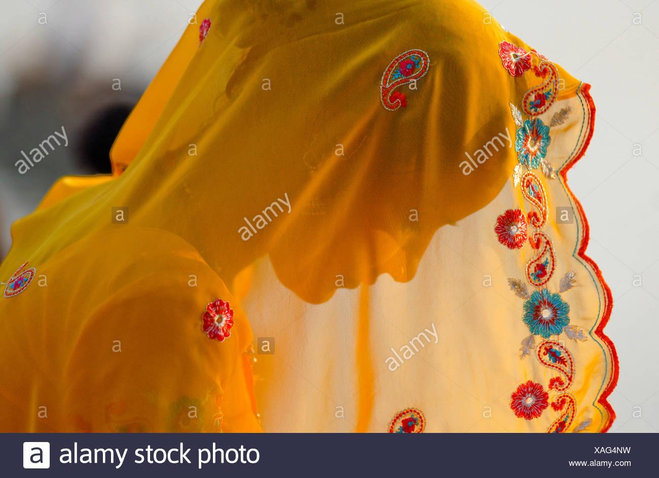 Mujer vistiendo un Sari amarillo, Ram Devra peregrinos festival, Ramdevra, Pokhran, Rajasthan, India del Norte, Asia Imagen De Stock