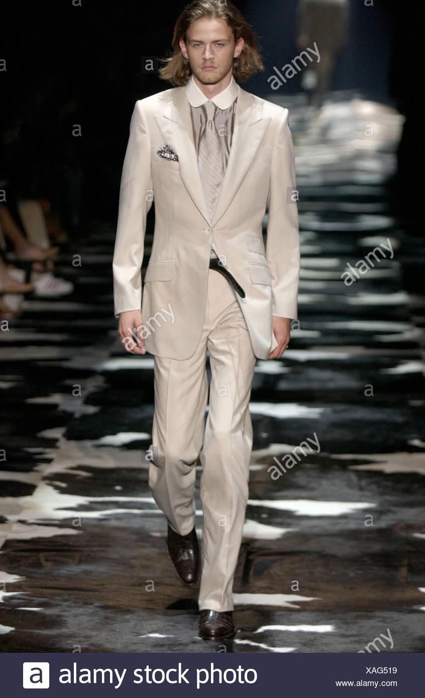 6ab3b84d0 Gucci listo para ponerse Milán primavera verano moda masculina Fashion show  modelo longitud de mentón cabello rubio y rastrojo vistiendo traje negro  crema