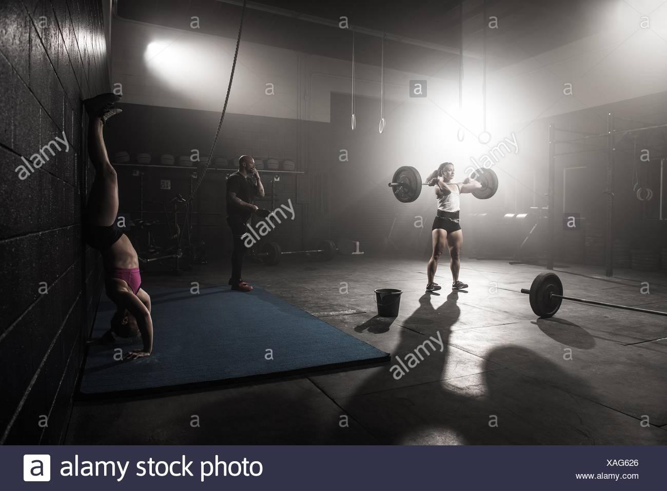 Grupo de personas trabajando en el gimnasio Imagen De Stock