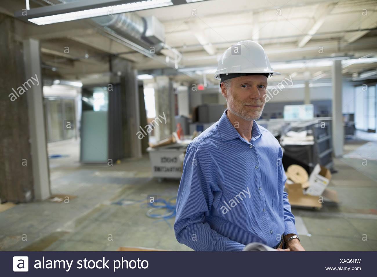 Retrato seguros arquitecto en hard-hat sitio en construcción Imagen De Stock