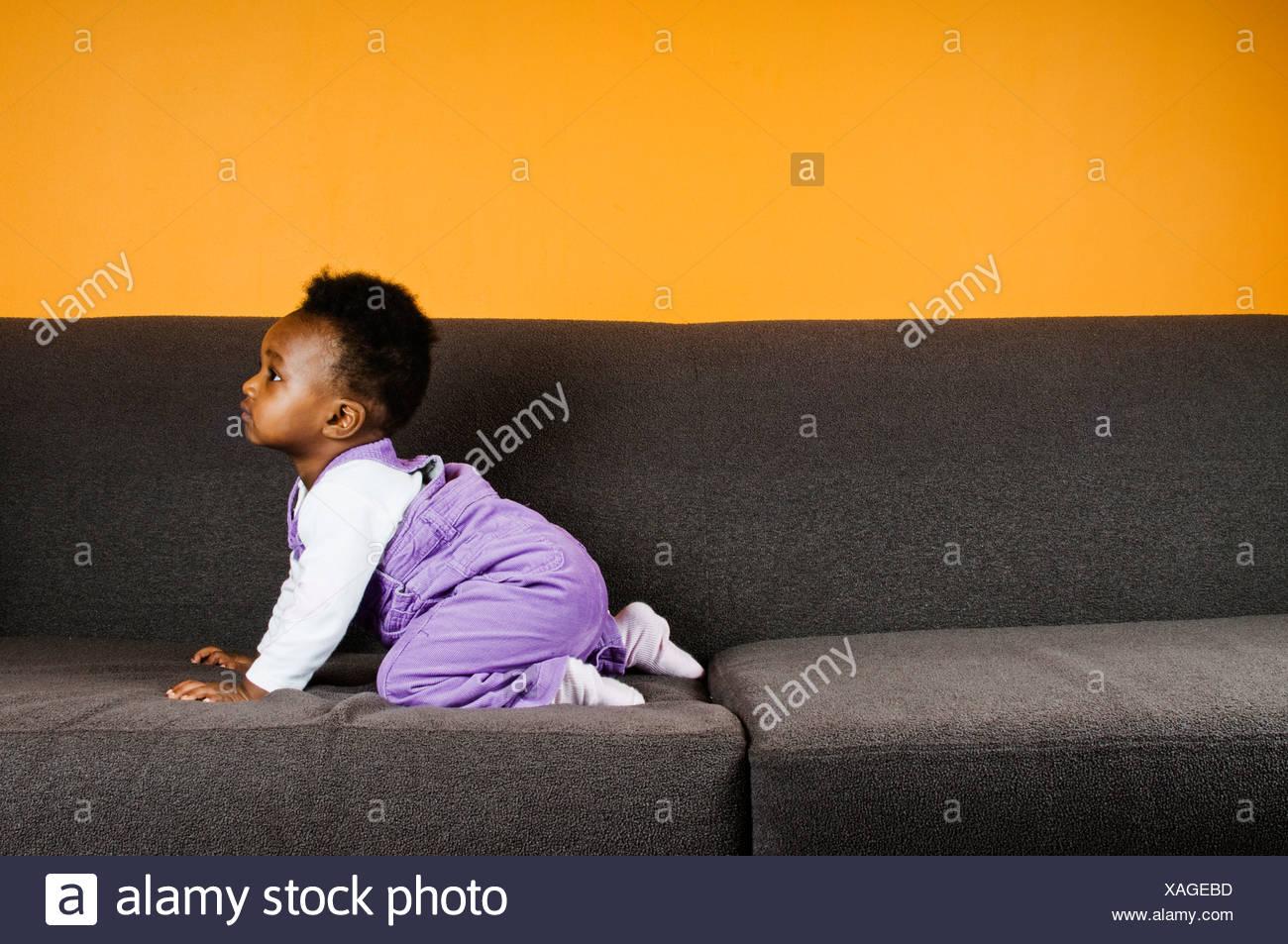 Una niña en un sofá Imagen De Stock