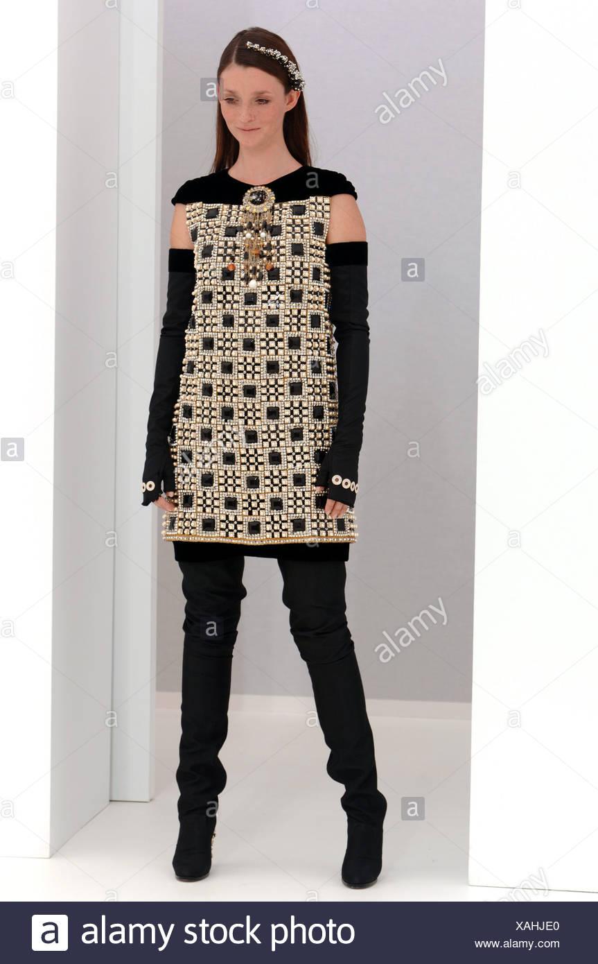 b0d8684cc Chanel de Alta Costura de París otoño invierno modelo Audrey Marnay  vistiendo un negro y oro