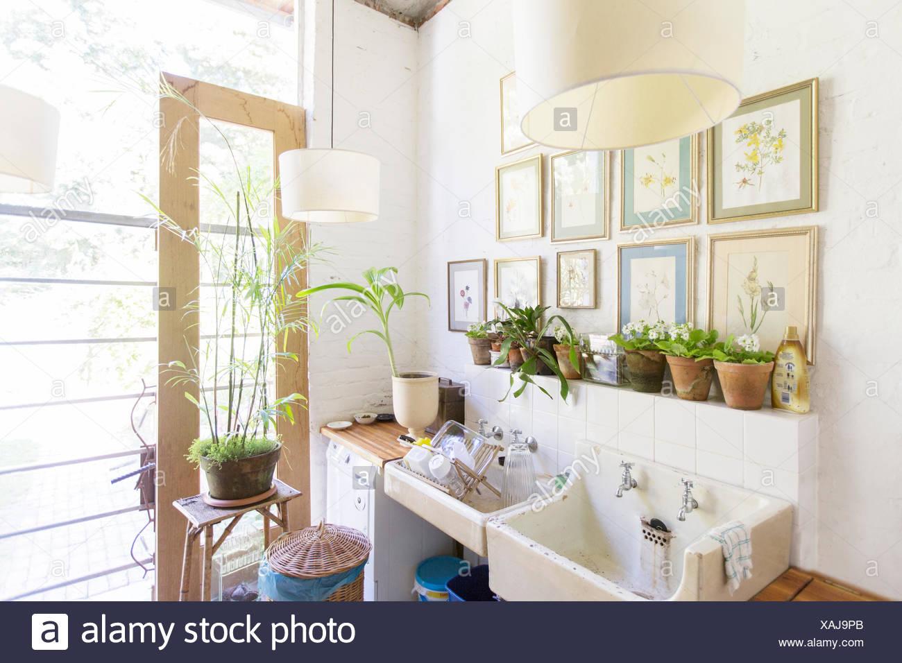 Tapices de Pared y luces por fregadero rústica Imagen De Stock