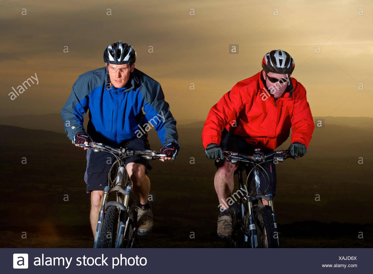 Dos ciclistas de montaña equitación juntos. Foto de stock