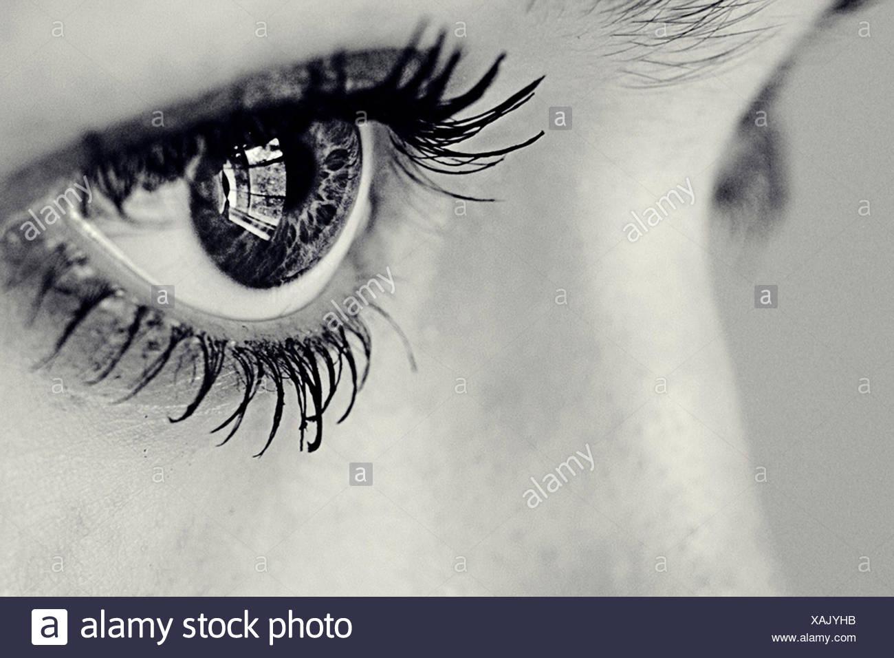 Close-up de una chica del ojo con una ventana reflejado en ella Imagen De Stock
