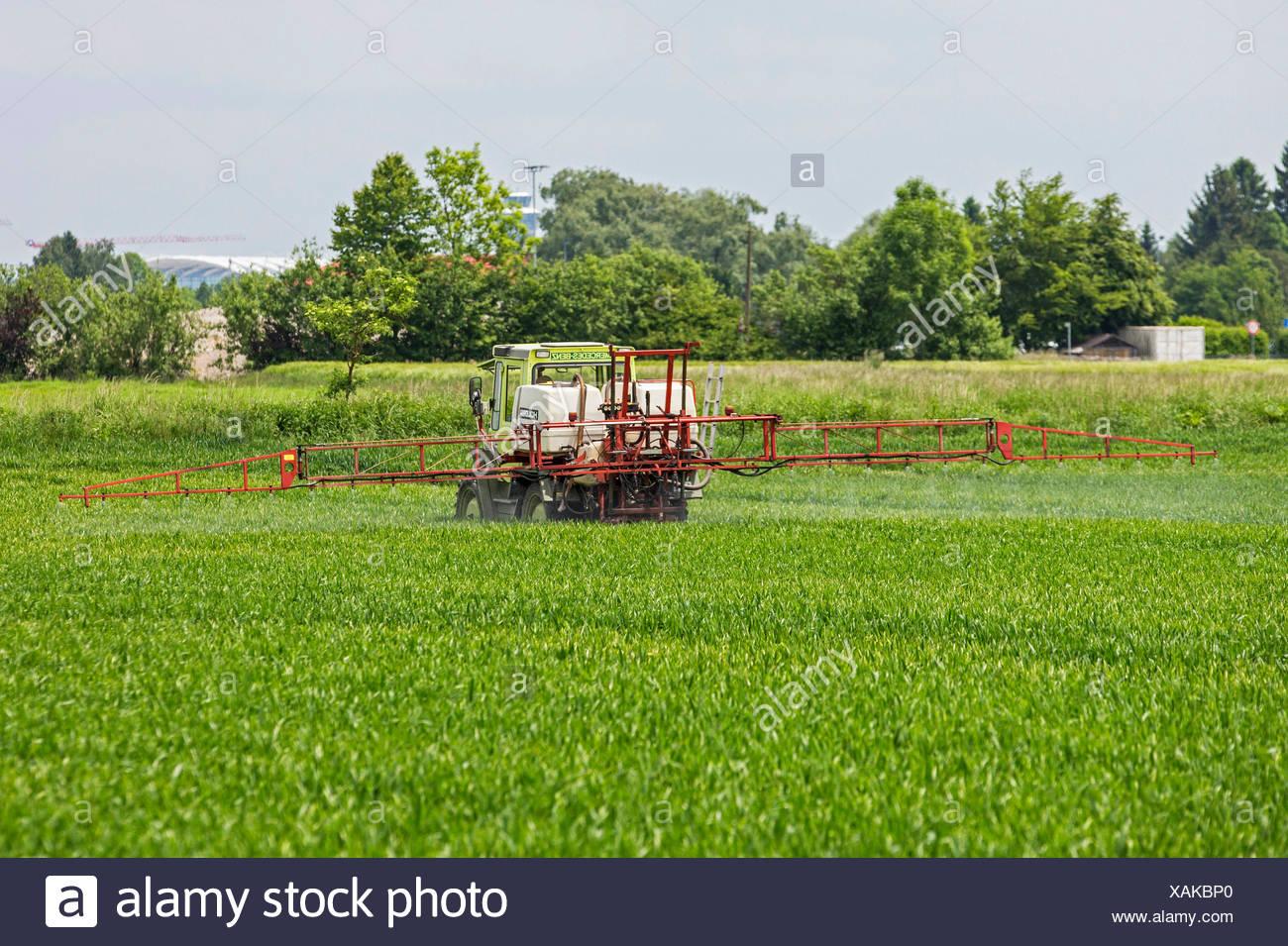 Planta protectant aplicación en un campo de grano, Baviera, Alemania Imagen De Stock