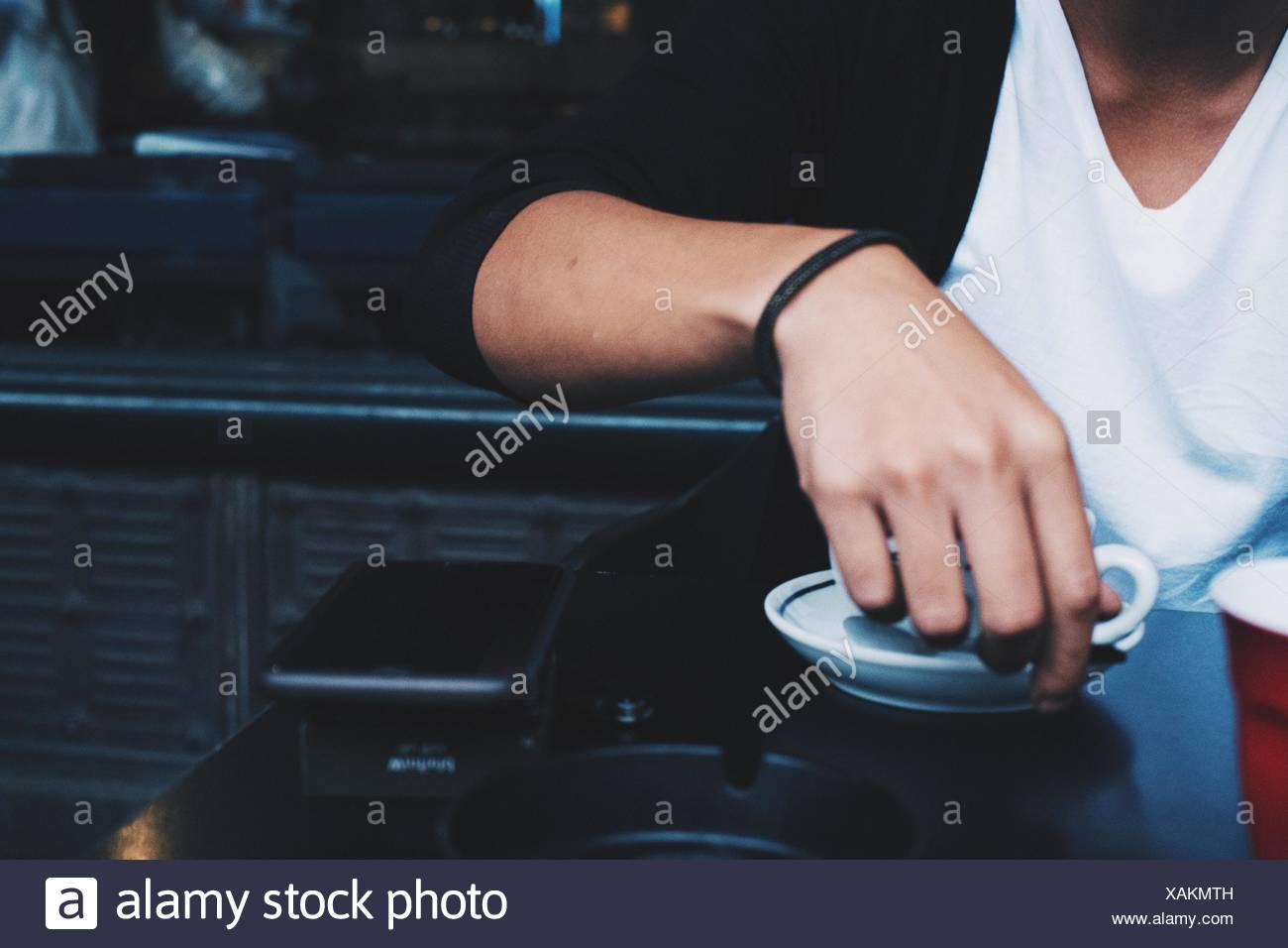 La mitad del torso de hombre con café en el restaurante Imagen De Stock