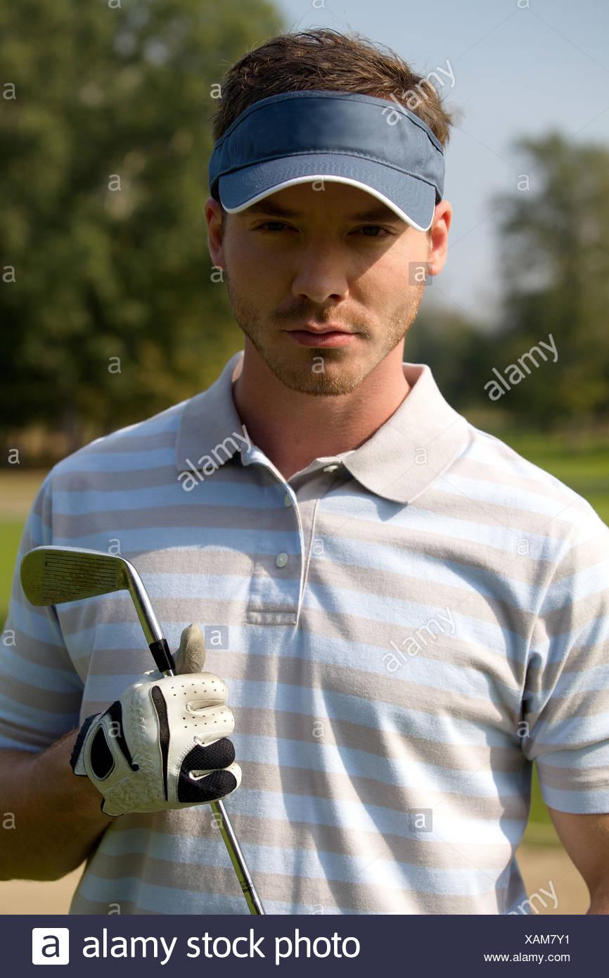 Retrato de joven la celebración de palo de golf Imagen De Stock