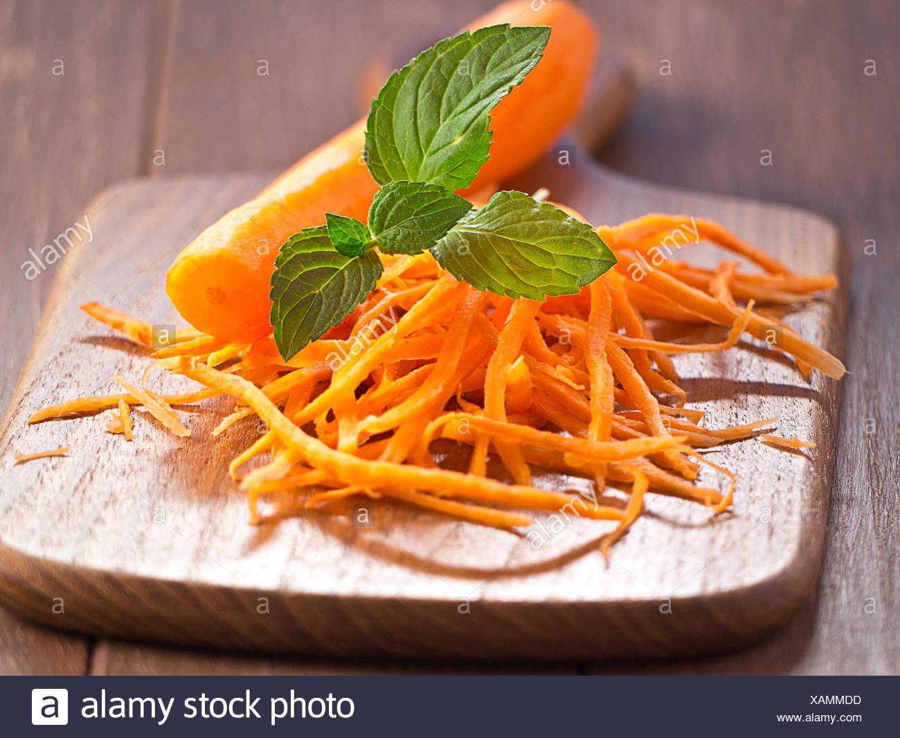 Las Zanahorias Juliana Con Una Zanahoria En Una Bandeja De Madera Fotografia De Stock Alamy La sopa juliana, es un producto de alimentación que se vende, normalmente, desecado, aunque se pueda preparar fresco, y que al cocerse, junto con fideos o sémola, o simplemente con agua, compone un recurso alimenticio de gran valor nutritivo. https www alamy es las zanahorias juliana con una zanahoria en una bandeja de madera image281967545 html