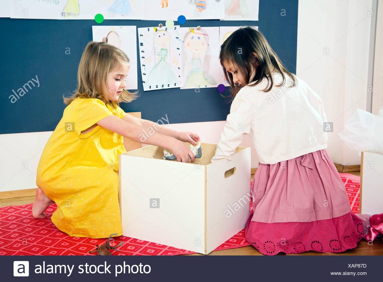 Dos niñas juegan en la guardería Imagen De Stock