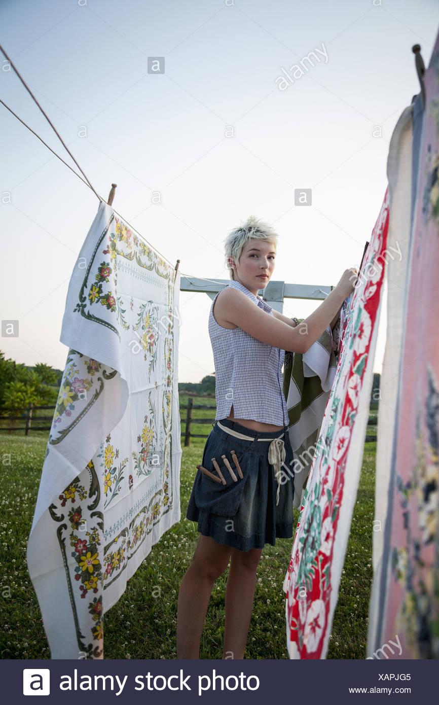 Maryland USA adolescente colgando telas en línea de lavado Imagen De Stock