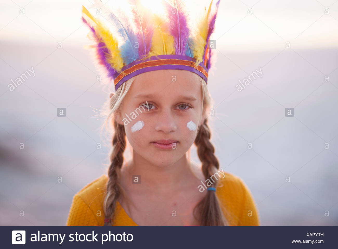 Retrato de niña vestidos como nativo americano con un tocado de plumas Imagen De Stock