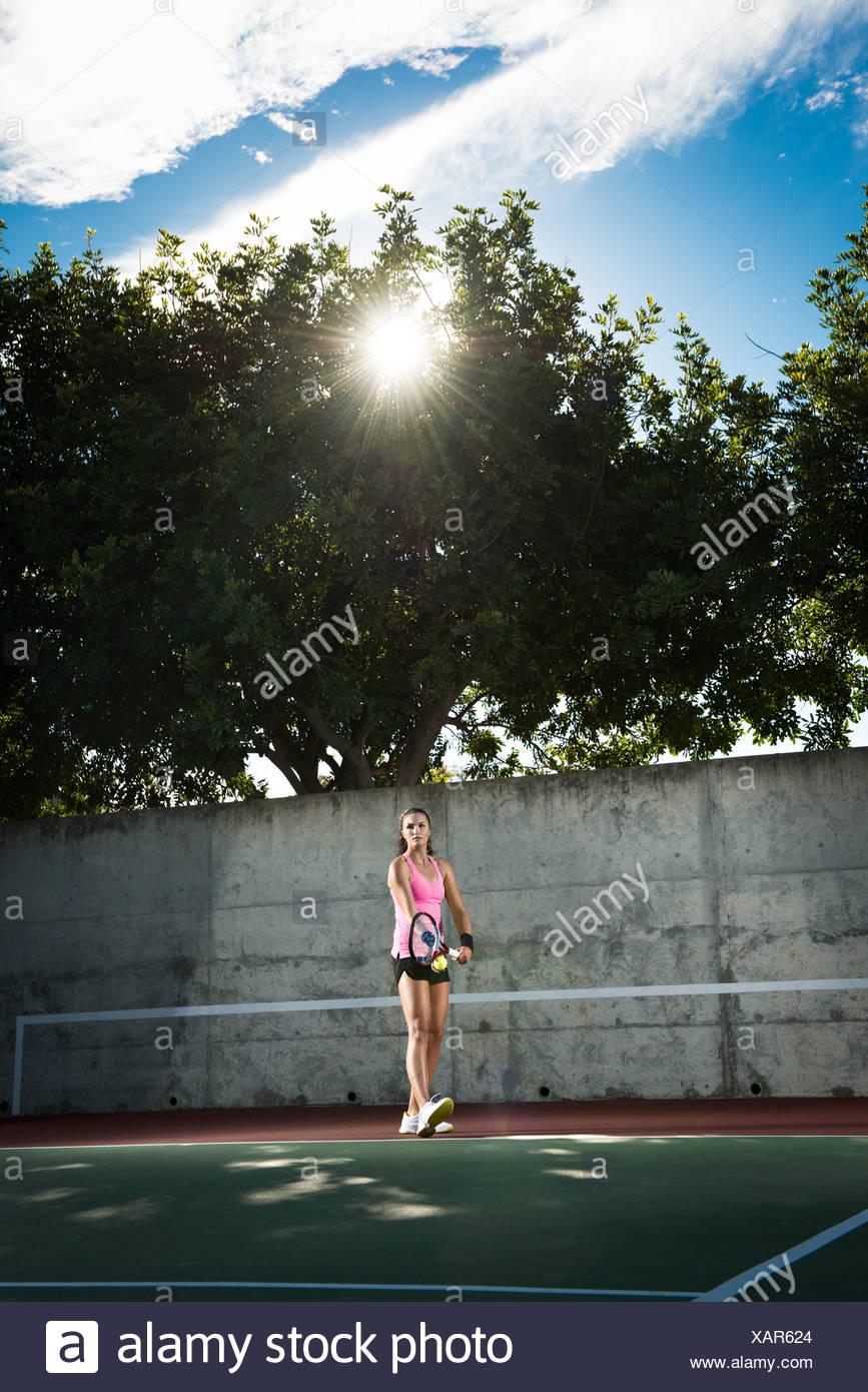 Jugador de tenis femenino sirviendo la bola Imagen De Stock