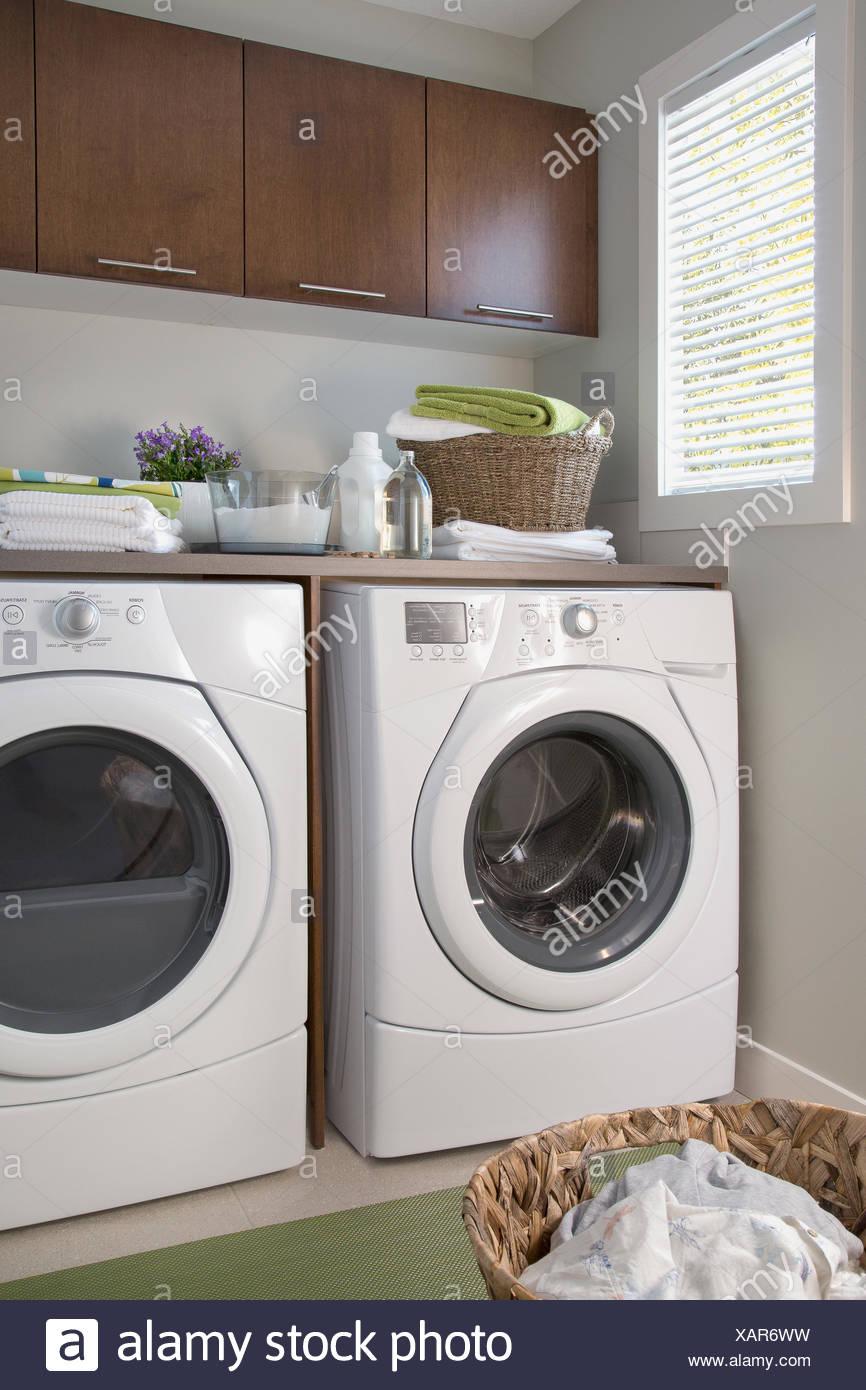 Energía Eficiente lavadora y secadora en cuarto de lavandería Foto ...