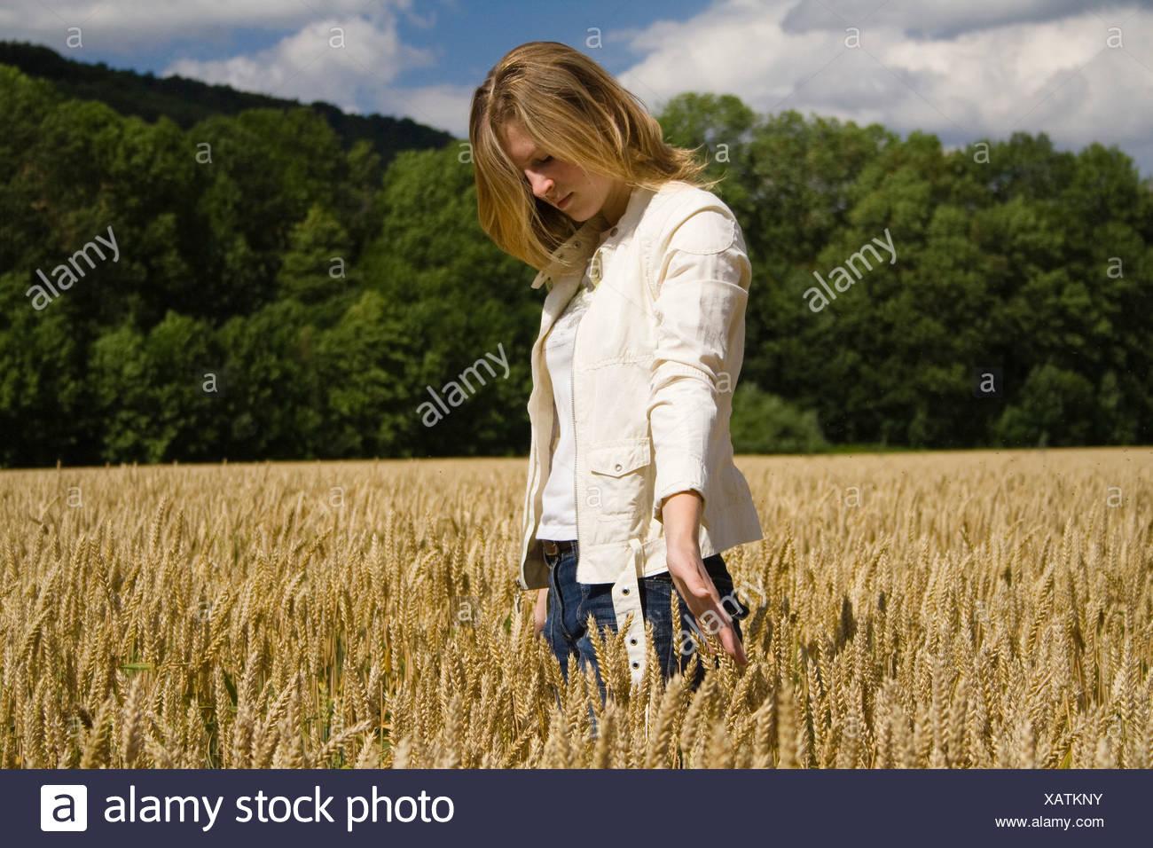 Mujer joven campo de grano paisaje humano retrato de la naturaleza reflexiva de verano sueño soñado caminar womanlike w Imagen De Stock