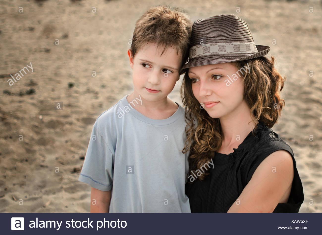 Retrato de una joven mujer y niño Imagen De Stock