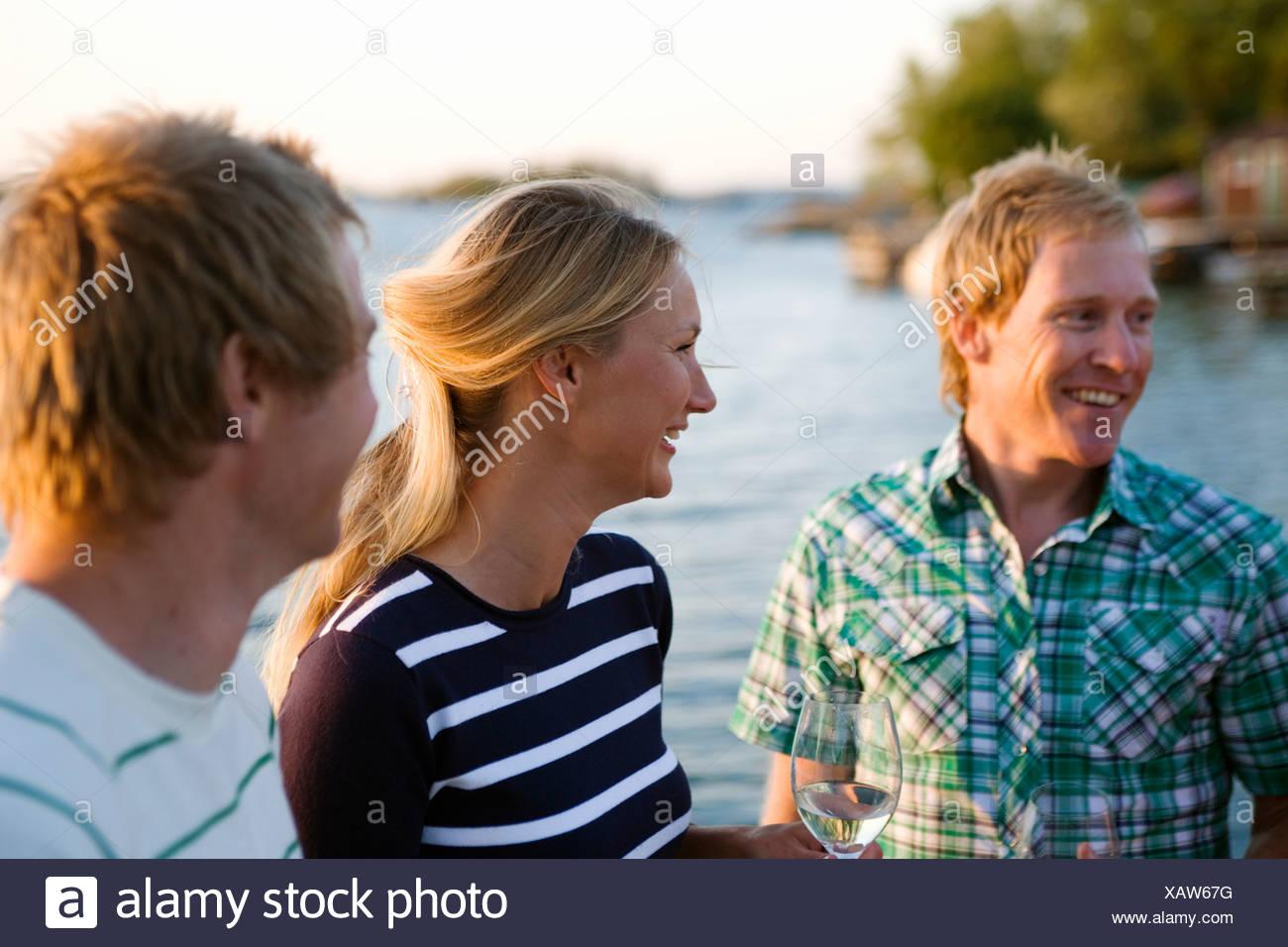Tres personas felices, Fejan, archipiélago de Estocolmo, Suecia. Foto de stock
