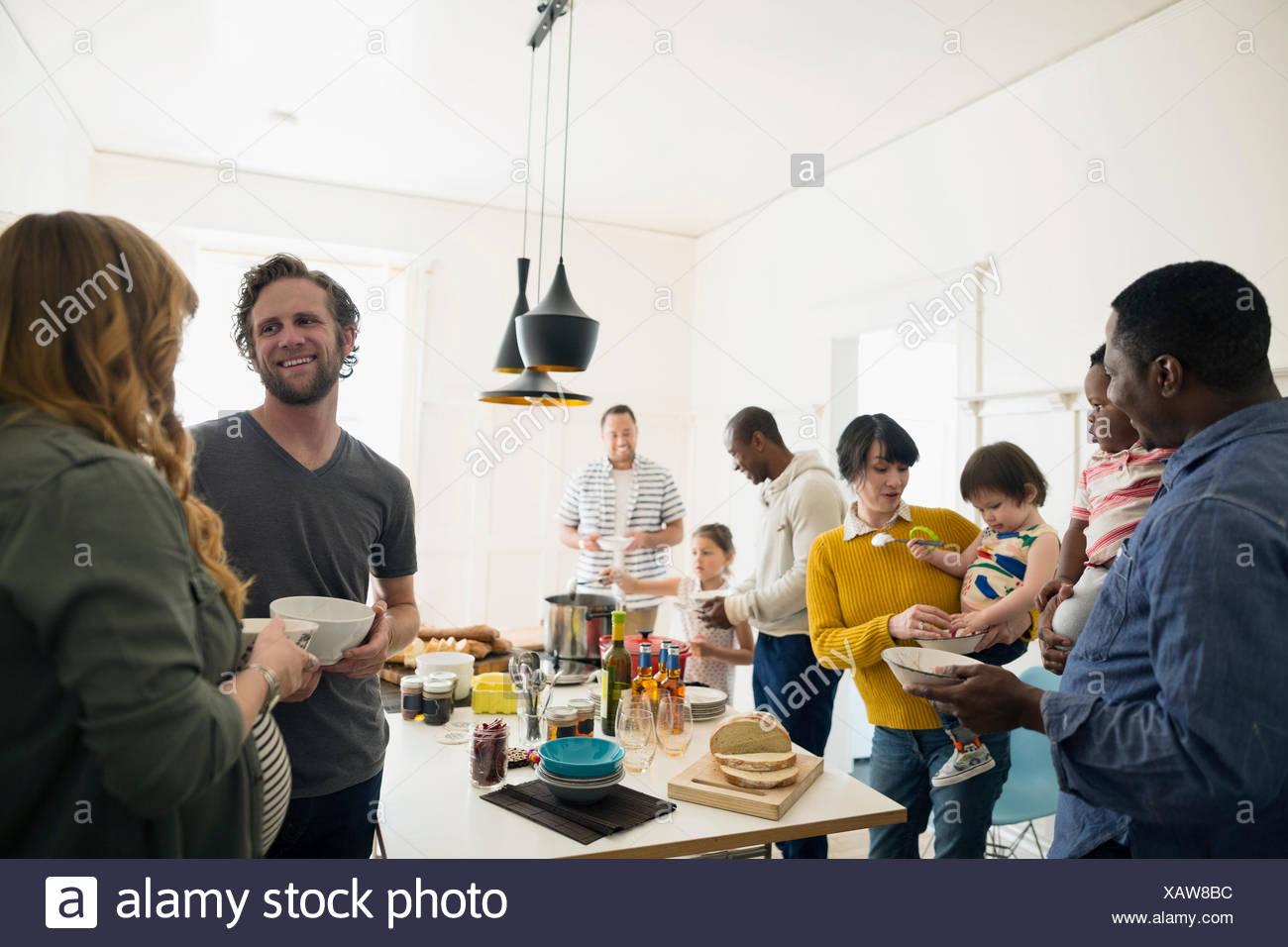 Hablando de familias disfrutando del almuerzo buffet en el comedor Imagen De Stock