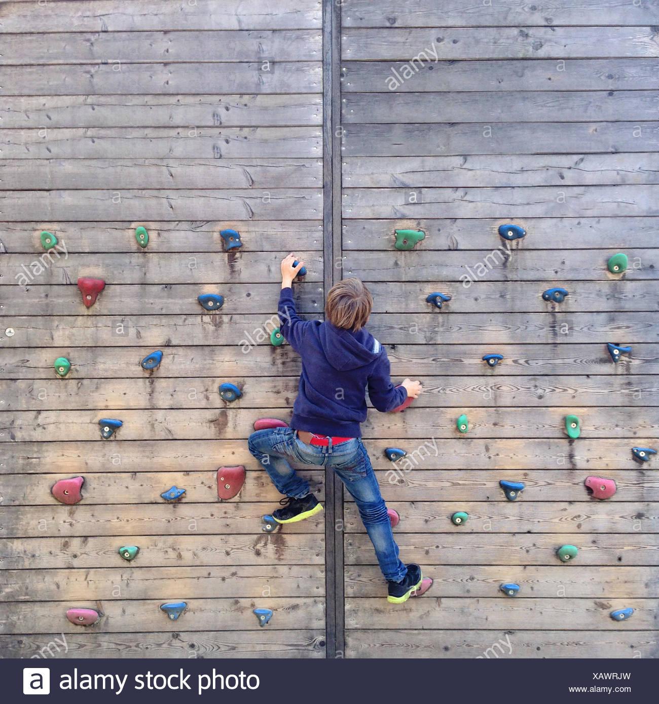 Boy la escalada en el muro de escalada Imagen De Stock