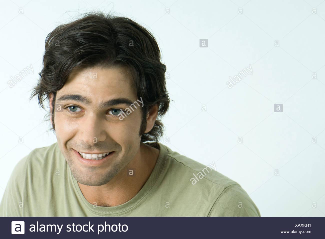 Cejas De Hombre hombre sonriendo, levantamiento de cejas, mirando lejos foto