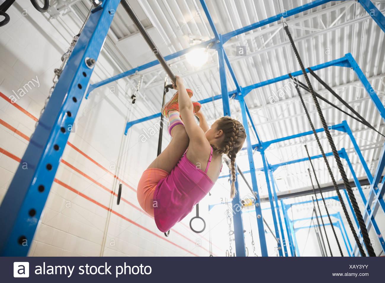 Chica practicando los dedos para mover la barra Imagen De Stock