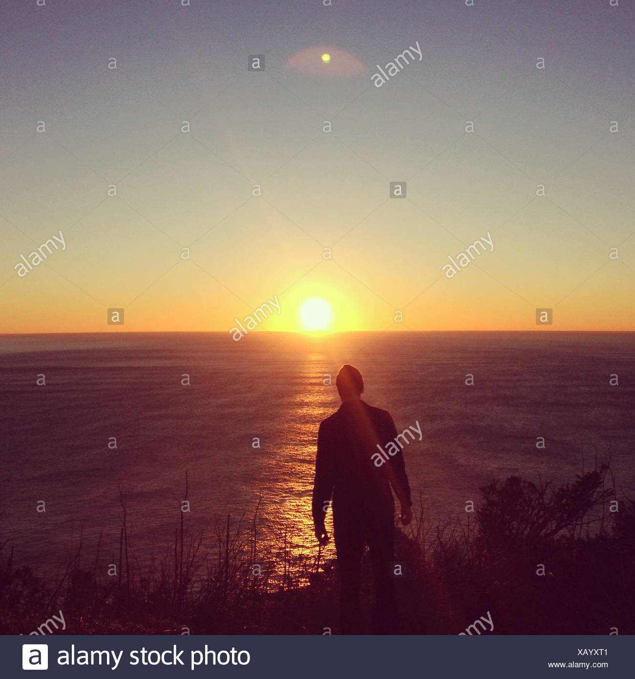 Hombre mirando vista del atardecer, Muir Beach, California, Estados Unidos, EE.UU. Imagen De Stock