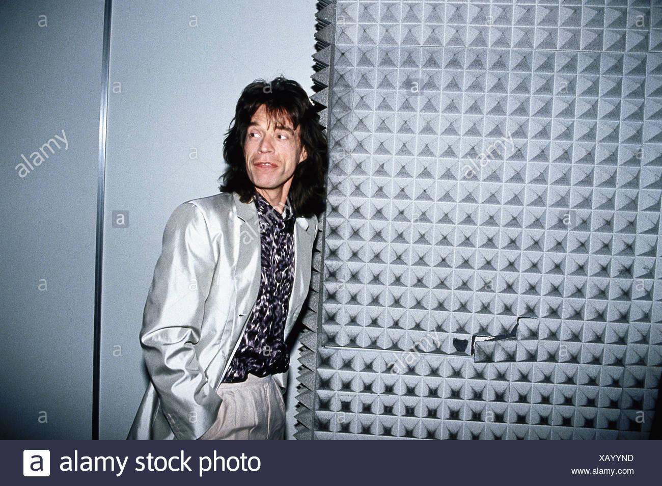 Jagger, Mick, * 26.7.1943, músico británico, de media longitud, recibiendo el Golden Record para 'Wandering Spirit', Hamburgo, 1993, Foto de stock
