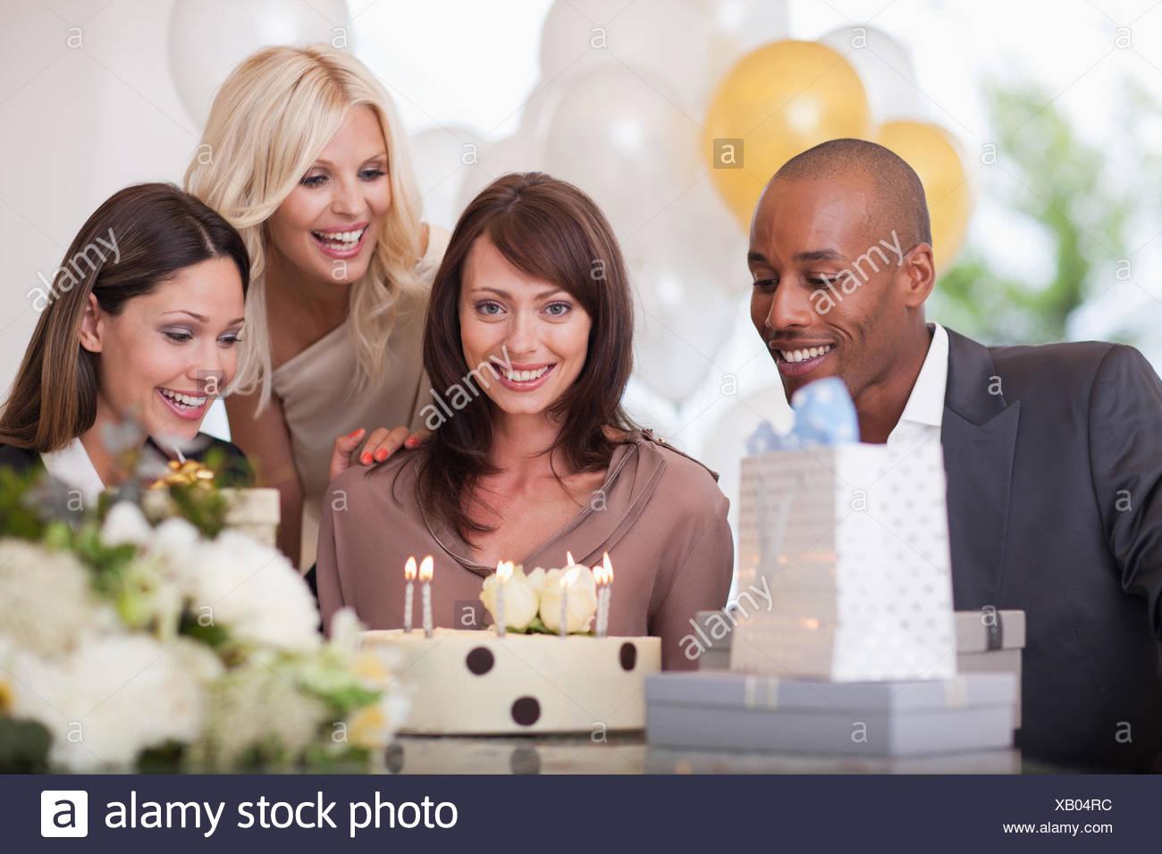 Amigos a la fiesta de cumpleaños Imagen De Stock