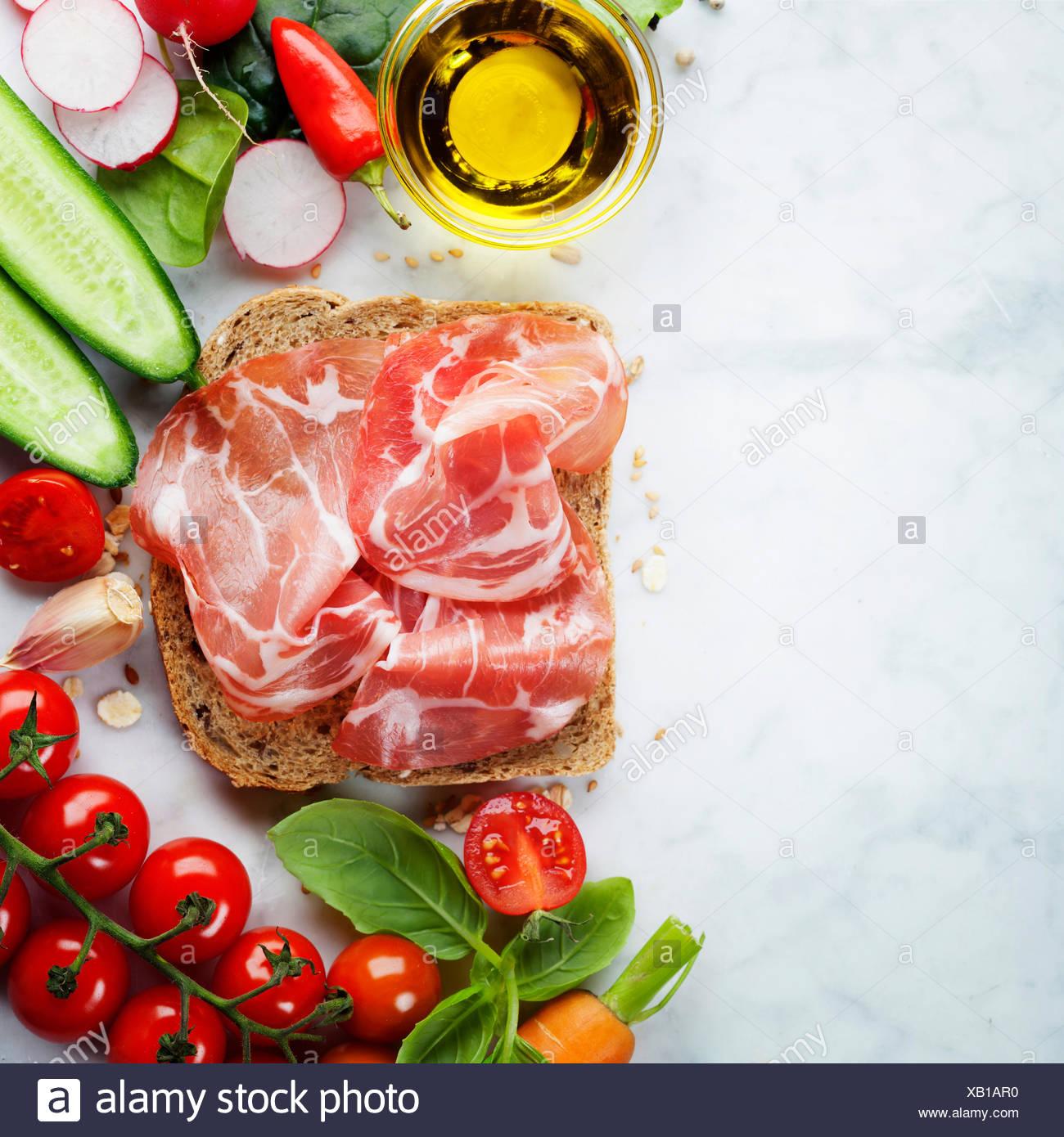Una rebanada de pan de trigo entero y vegetales orgánicos saludables para  hacer sándwiches. Comer fbb5352091dc