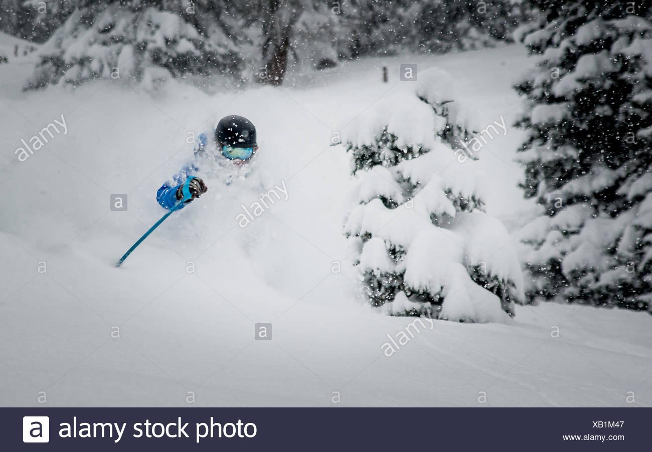 Un macho de esquiador disfrutando mucho polvo esquiar en los Alpes austriacos. Imagen De Stock