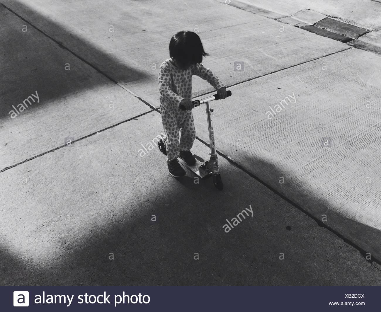 Un alto ángulo de visualización de Boy Caballo empuje Scooter Foto de stock