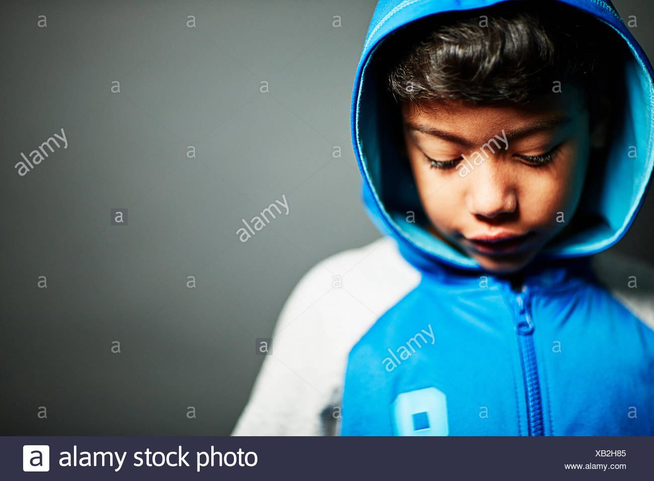 Sudadera con capucha niño usando Foto de stock