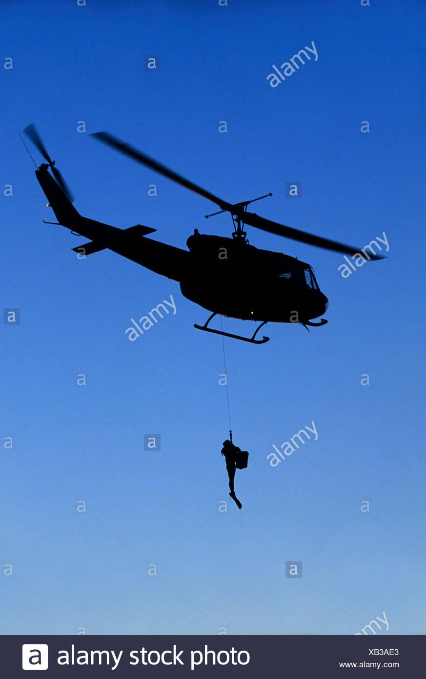 Combatir la nadadora pendiendo de una cuerda en un Bell UH-1D Modelo de helicóptero Eckernfoerde, Mar Báltico, Alemania, Europa Imagen De Stock