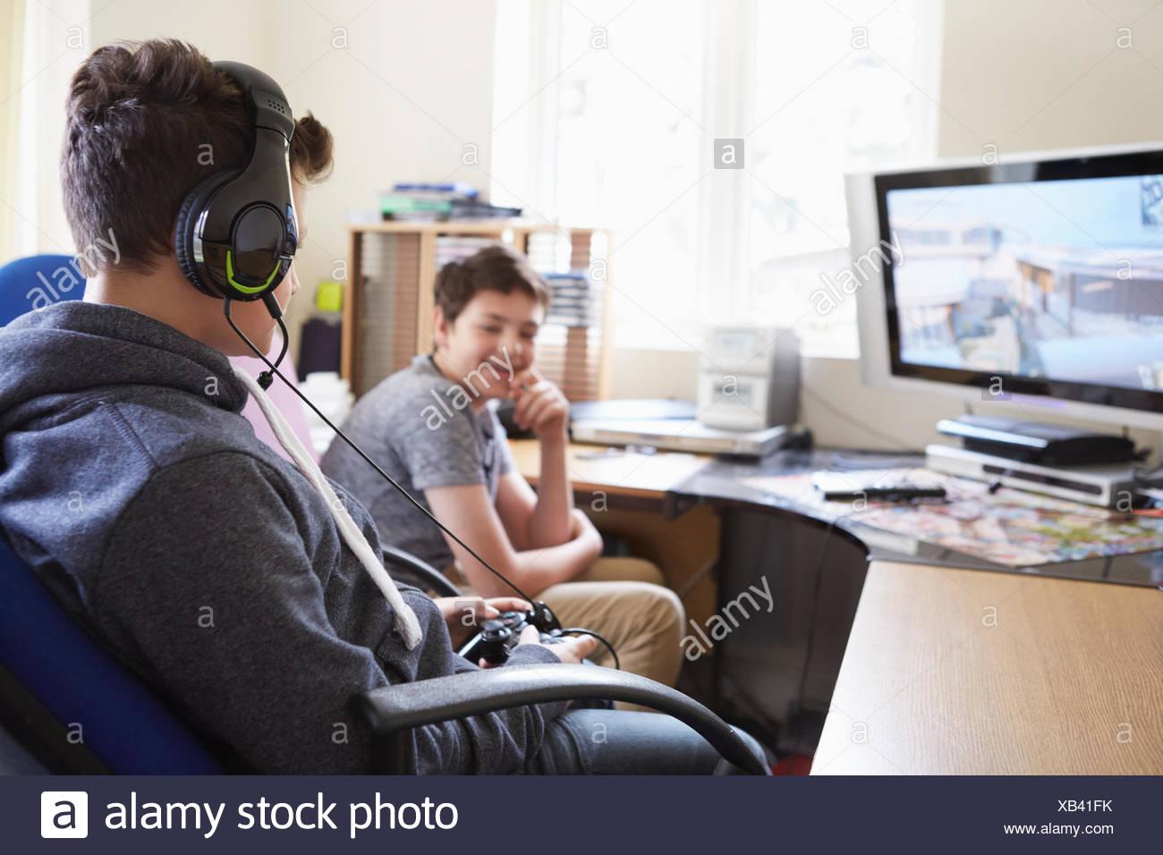 Dos muchachos jugando el juego de ordenador Imagen De Stock