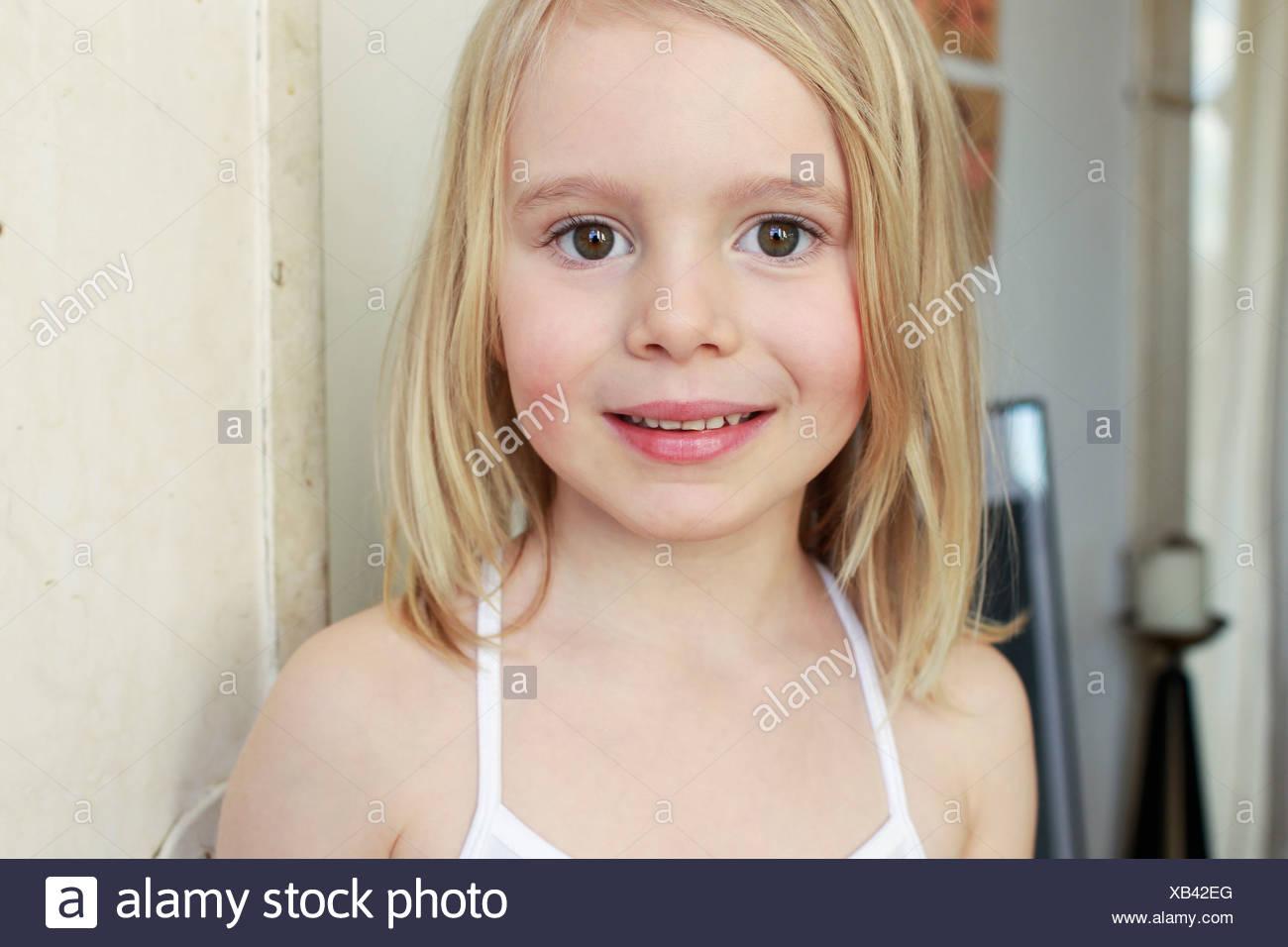 Retrato de inocente niña en el corredor Imagen De Stock