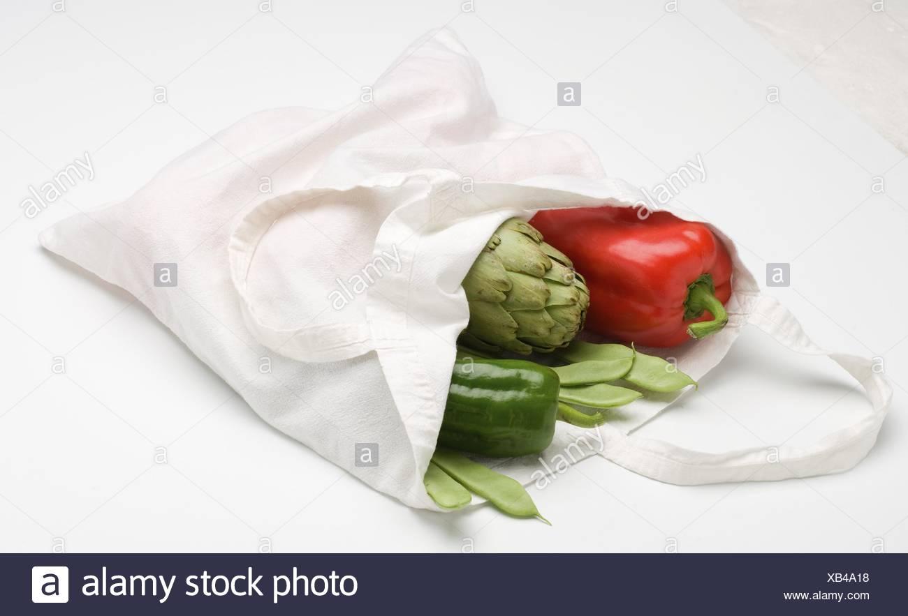 1d29058ca Foto de stock. Ampliar. Bolsa de tela ecológica con verduras frescas sobre  fondo blanco.