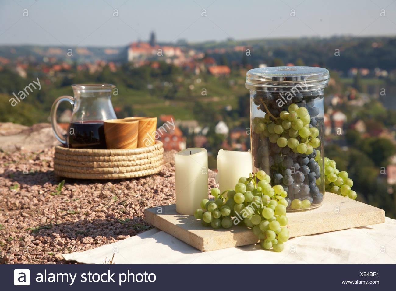 Bodegón con vino, uvas, un decantador de vino, copas de vino y velas, con el telón de fondo de Meissen, Sajonia, Alemania, Europa Imagen De Stock