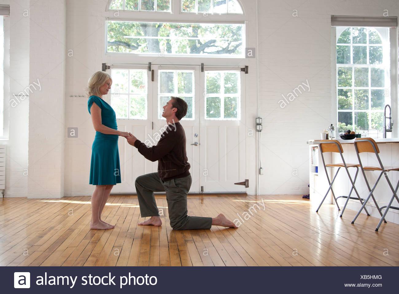 Pareja de baile, el hombre en una rodilla Imagen De Stock