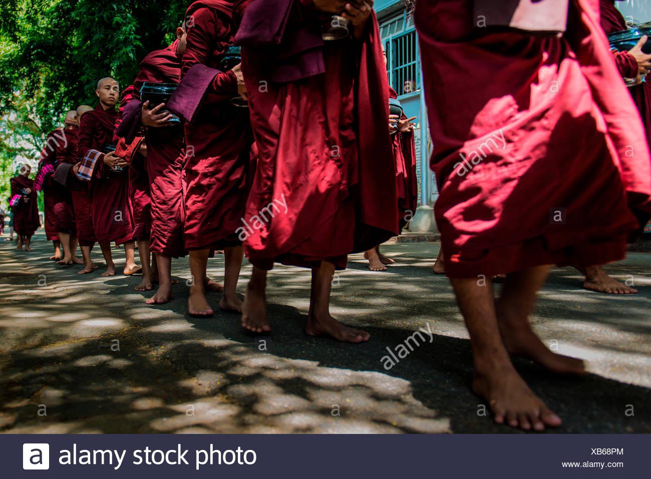 Monasterio Mahagandayon, Amarapura, Myanmar, el sur de Asia oriental. Los monjes en una fila para el ritual de la comida. Imagen De Stock