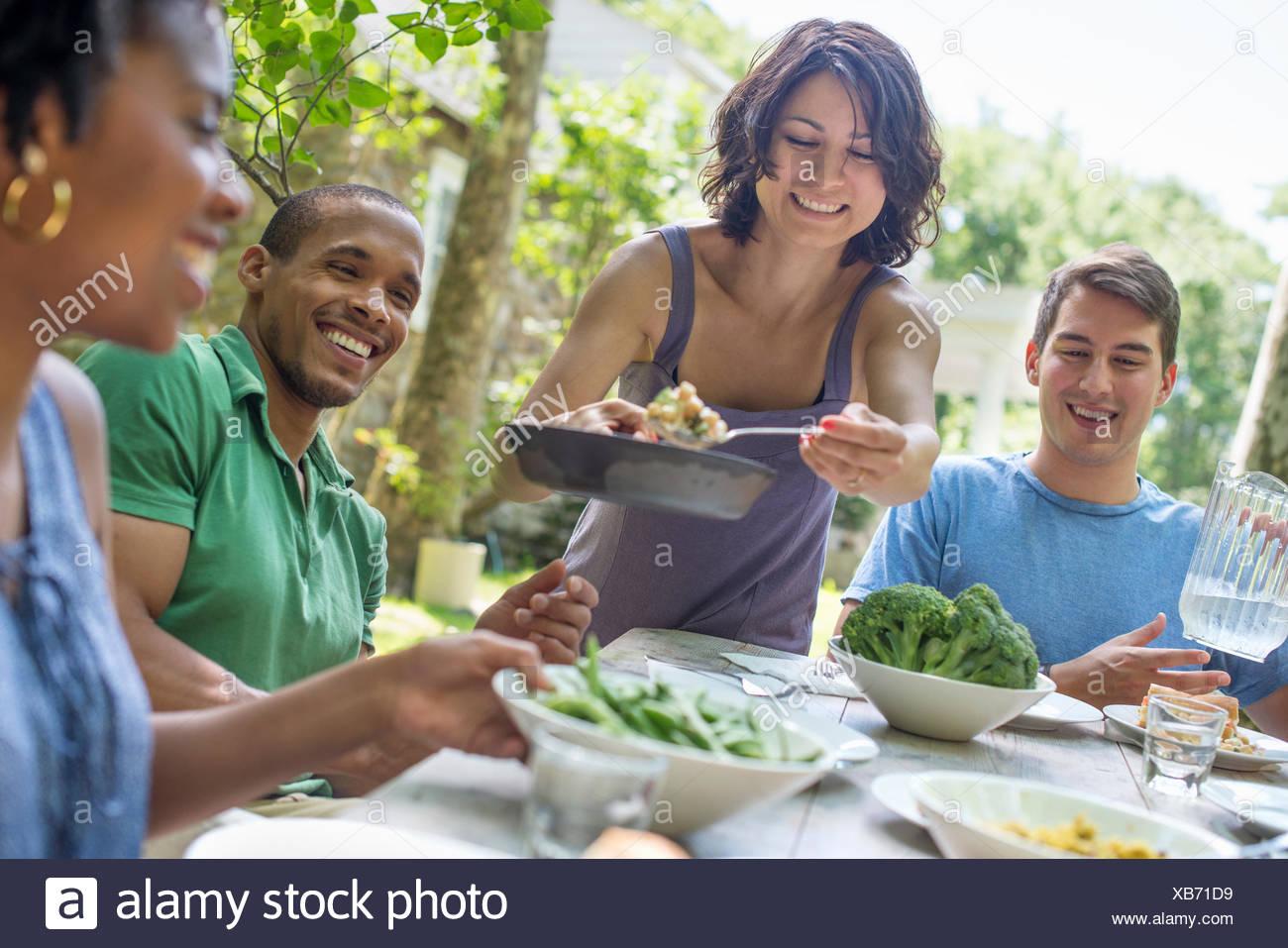 Una Reunión Familiar Hombres Mujeres Y Niños Alrededor De Una Mesa