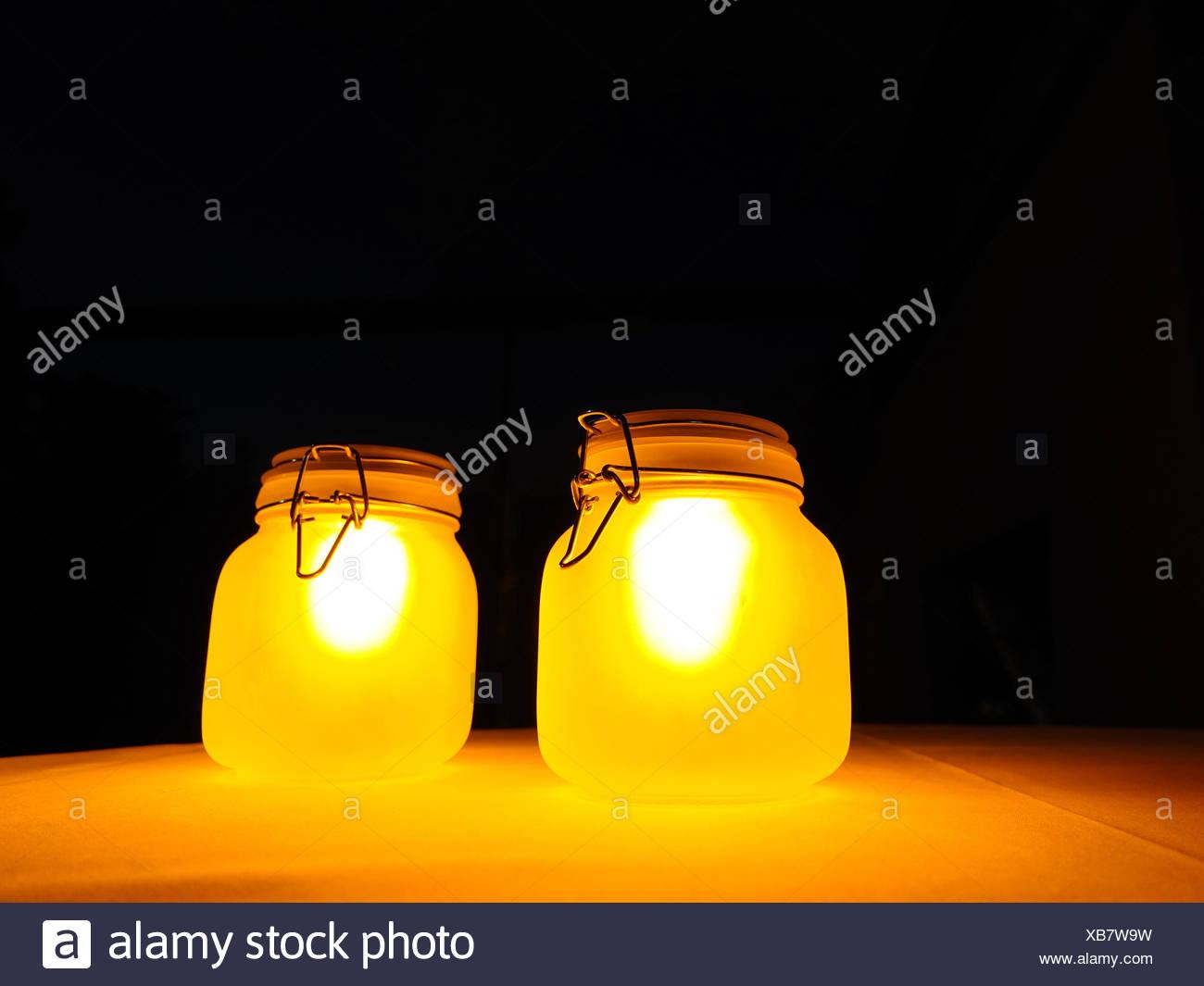 Primer plano de linternas en la mesa iluminada por la noche Imagen De Stock