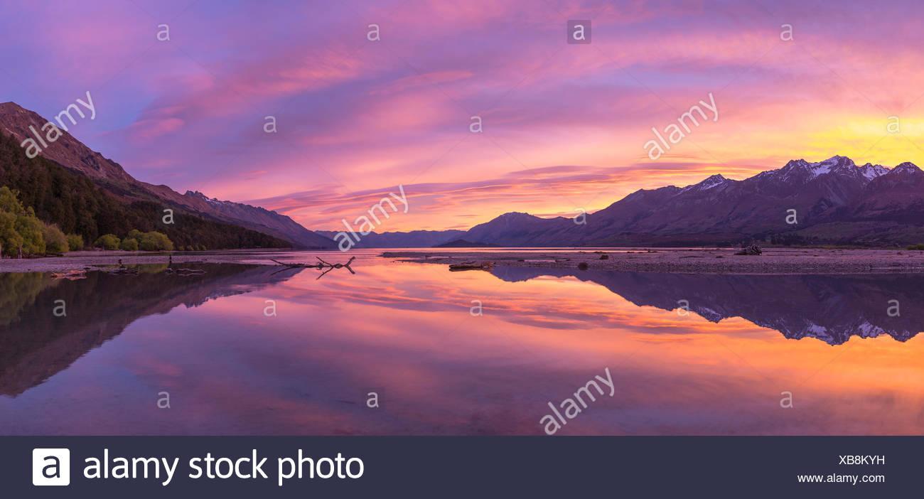 Montañas con lago Wakatipu en Sunrise, Glenorchy cerca de Queenstown, la Región de Otago, Southland, Nueva Zelanda Foto de stock