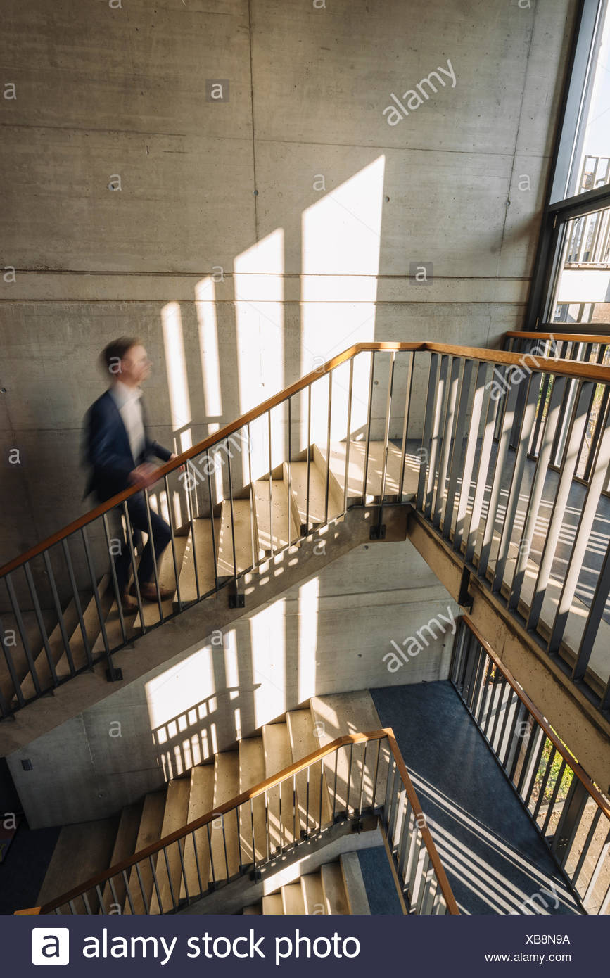 Empresario subir escaleras Imagen De Stock