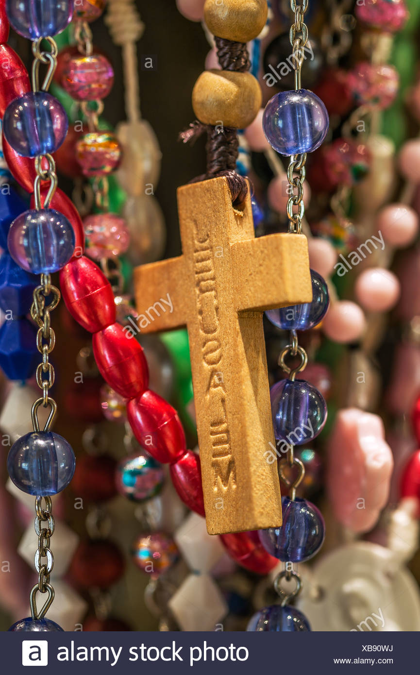Rosario y se cruzan en un santuario católico. Imagen De Stock