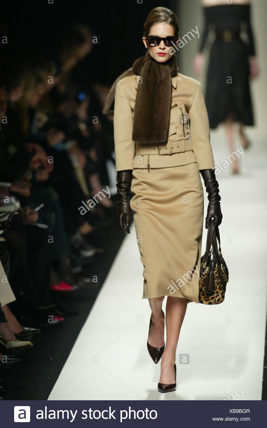 4b56a69cb3 Celine Paris listo para ponerse Otoño Invierno modelo morena pelo negro  cara gafas de sol y los labios rojos, vestido con piel marrón