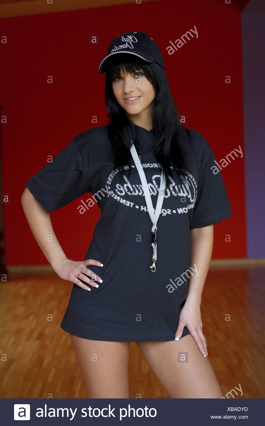 d3dd169f67c8 Joven en camisa negra y gorra de béisbol Foto & Imagen De Stock ...