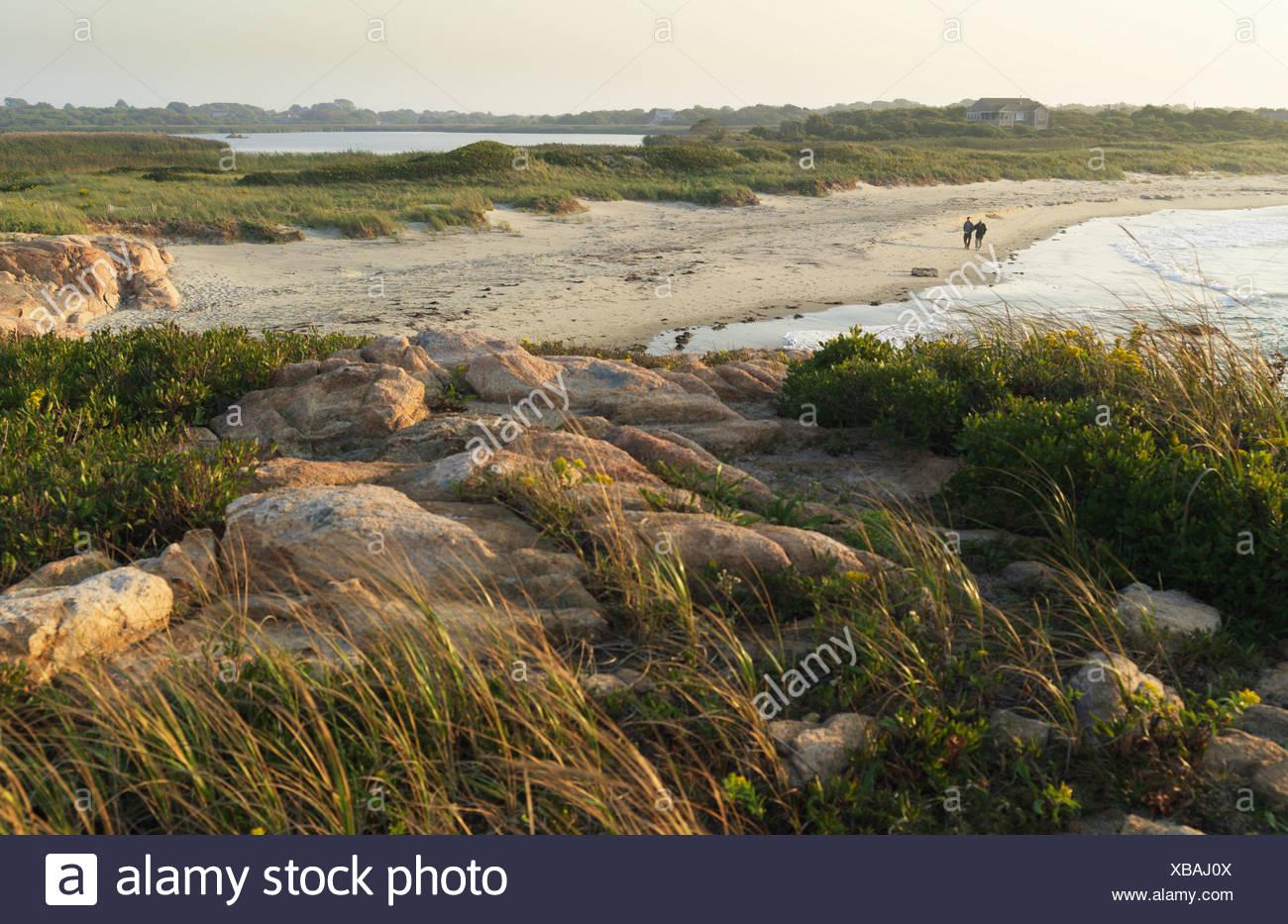 Coiuple caminando por la playa en Rhode Island Imagen De Stock